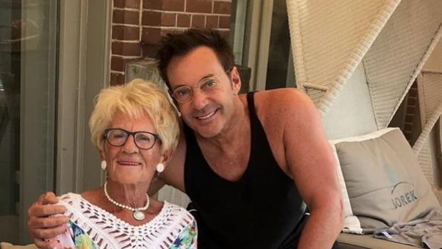 Gerard Joling geniet na van Toppers-concert met 'lieve moeder'