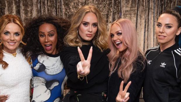 Adele gaat als een ware fangirl los bij de Spice Girls
