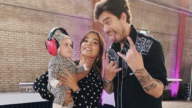 Cute: Bibi neemt baby Teddy mee naar optreden Waylon