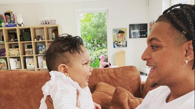 Dochtertje Ronnie Flex zegt eerste woordje: 'Papa'
