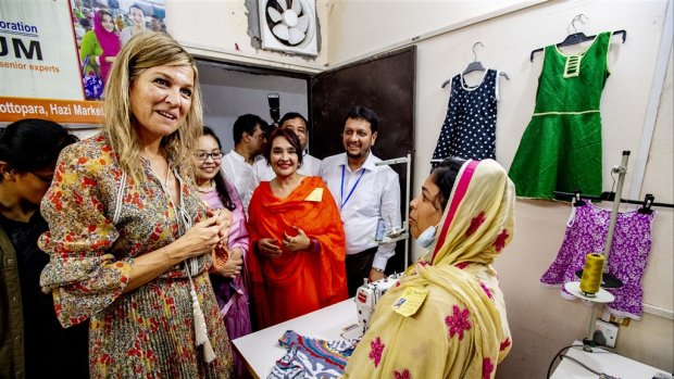 Koningin Máxima straalt tijdens veldbezoek Bangladesh
