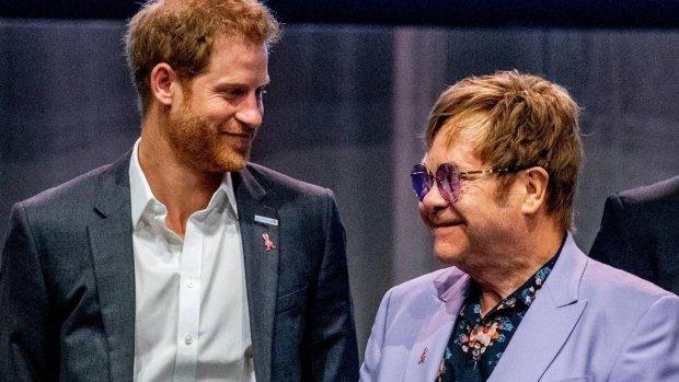 Elton John neemt het op voor prins Harry