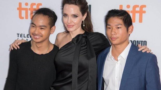 Angelina Jolie brengt zoon hoogstpersoonlijk naar universiteit