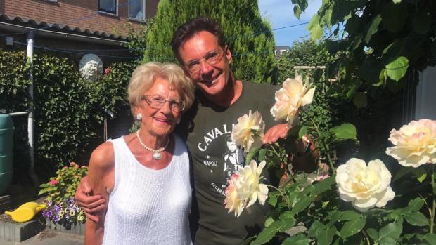 Gerard Joling staat stil bij 90ste verjaardag moeder Janny