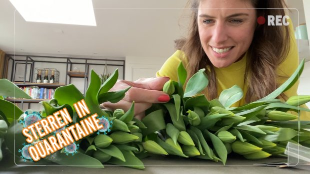 Sterren in Quarantaine: Marieke Elsinga deelt bloemen uit