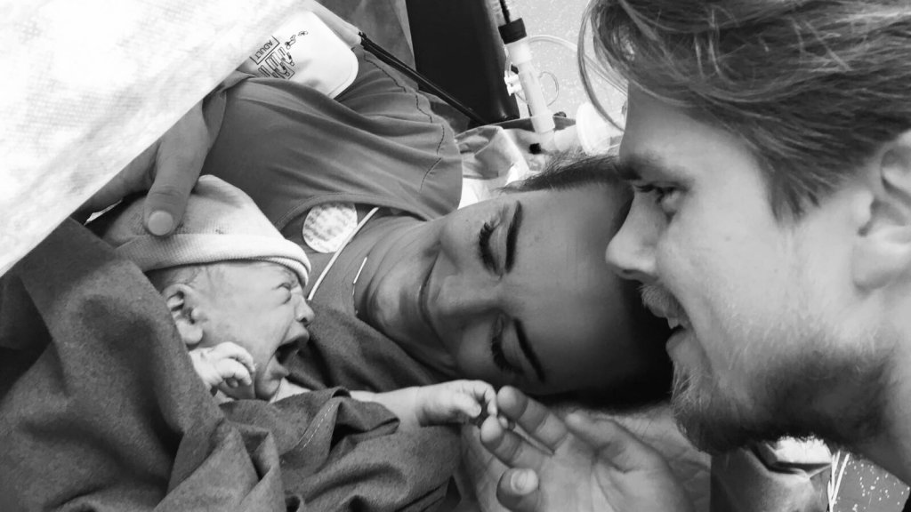 Eerste keer vader neukt vriendin van zoon