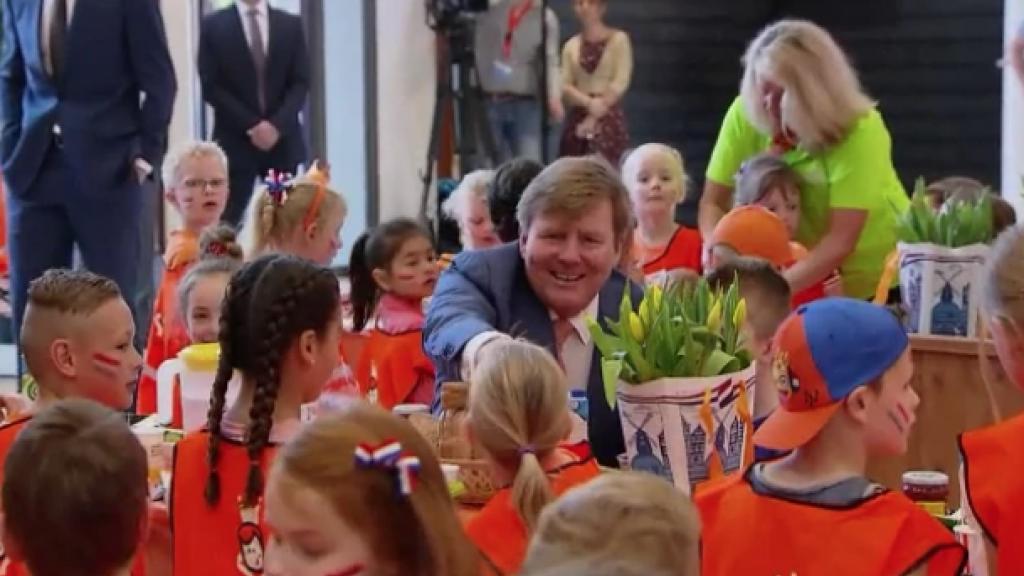De koning eet een bammetje met 1,2 miljoen kinderen