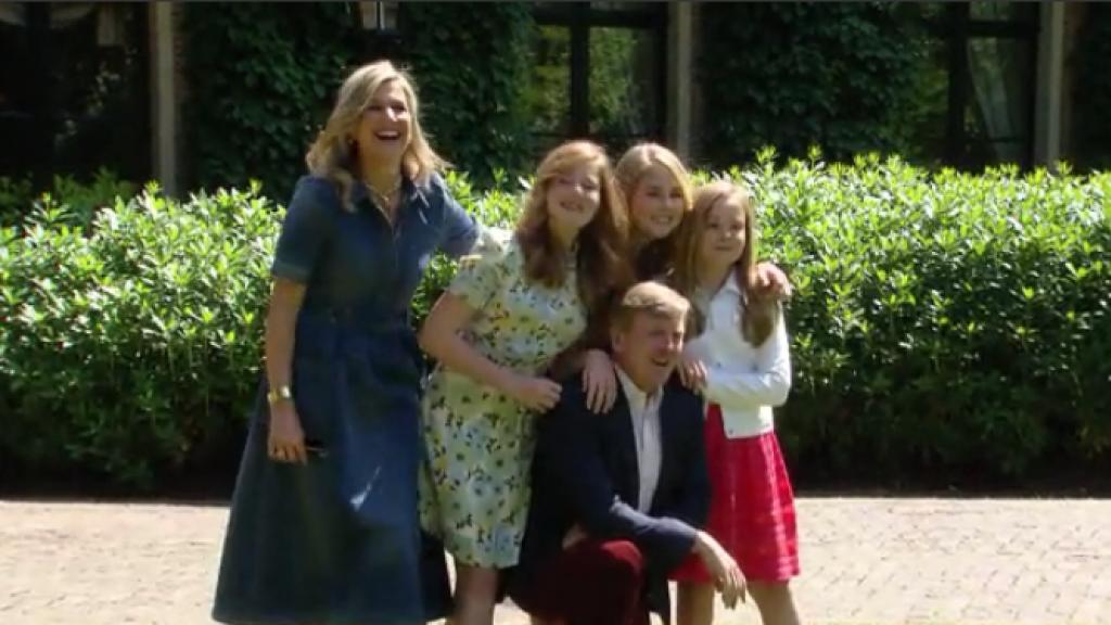 Koning Willem-Alexander gaat weer op zijn knieën