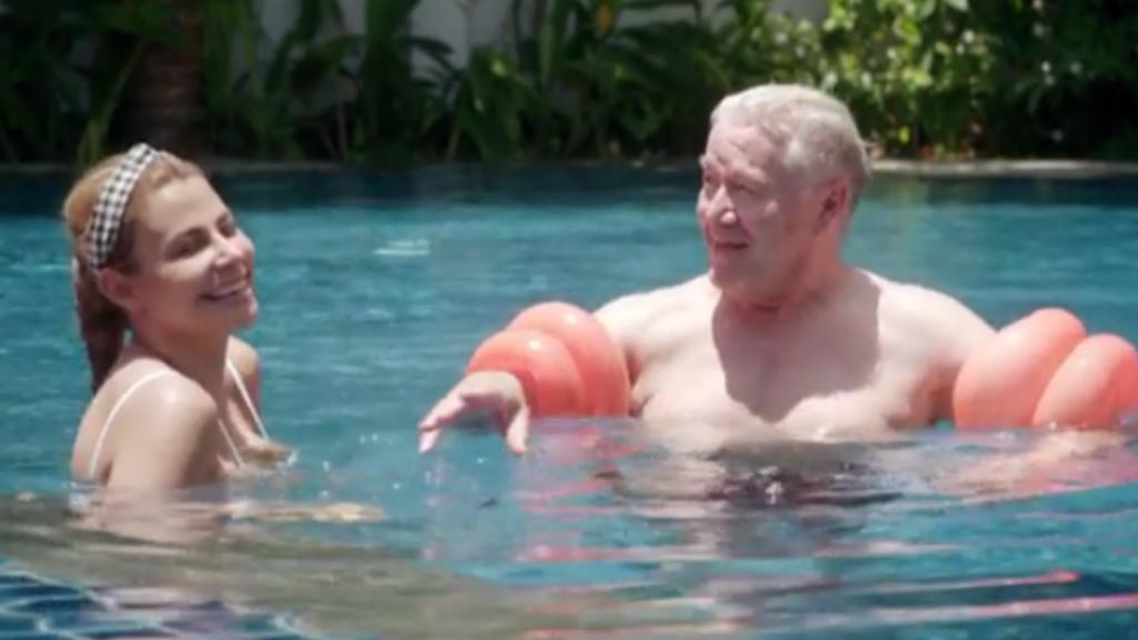 Barrie Stevens krijgt zwemles van Olcay