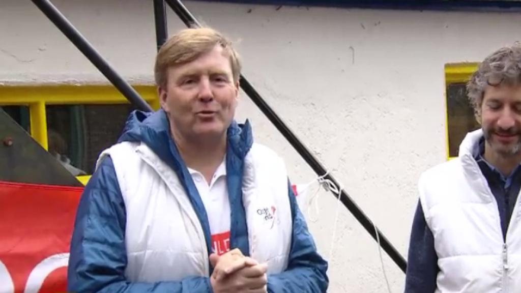 Willem-Alexander steekt de handen uit de mouwen bij NL Doet