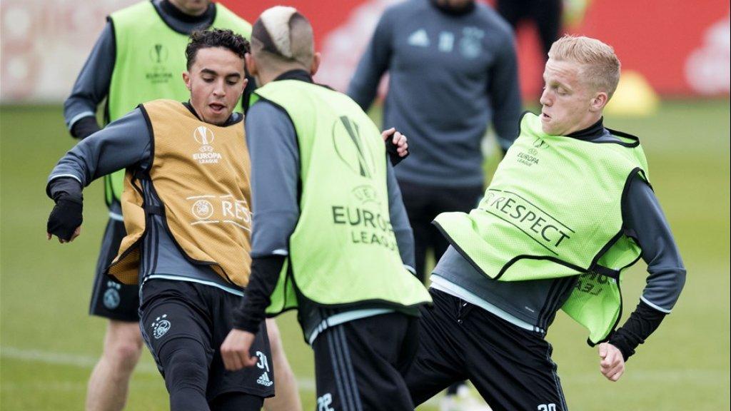 Nouri en Van de Beek samen op het trainingsveld in april 2017.