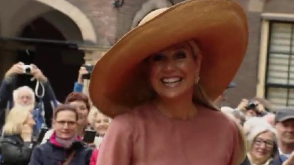 Koningin Máxima spontaan toegezongen voor verjaardag