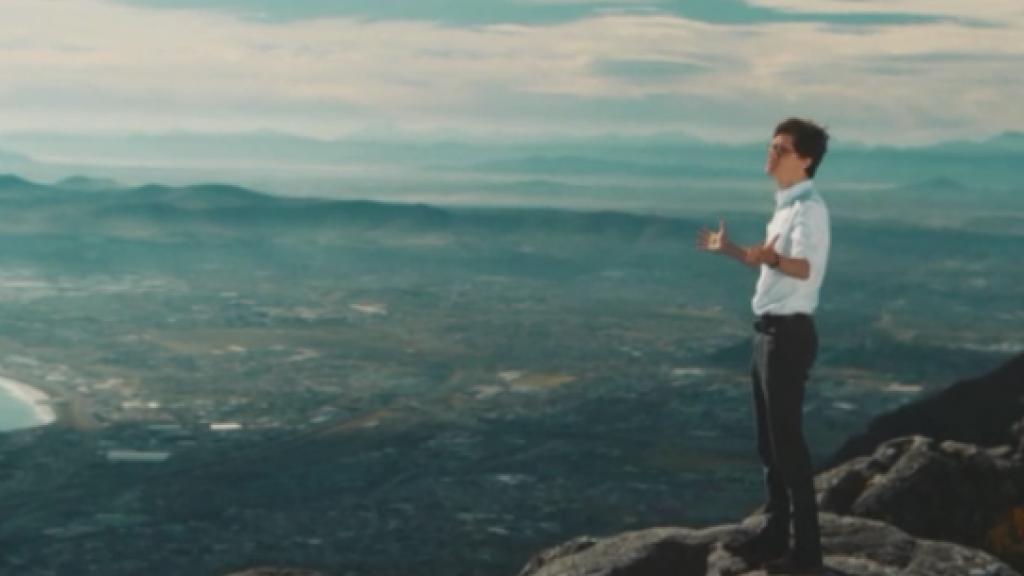 The Voice-winnaar Dennis schittert in eigen videoclip