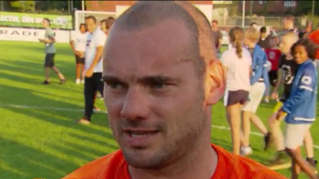 Wesley Sneijder trapt een balletje op zijn eigen sportveld