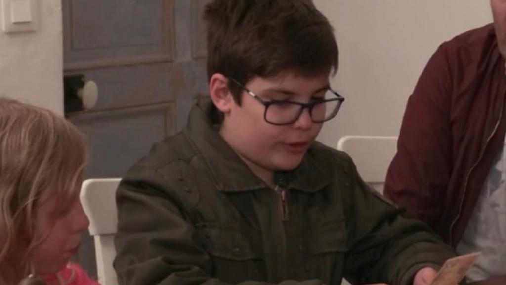 Jongetje schrikt van enorme stapel geld in Steenrijk, Straatarm