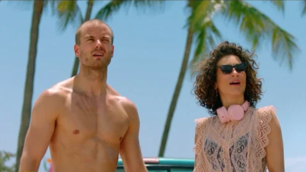 Jim Bakkum schittert shirtloos in nieuwe trailer Onze Jongens