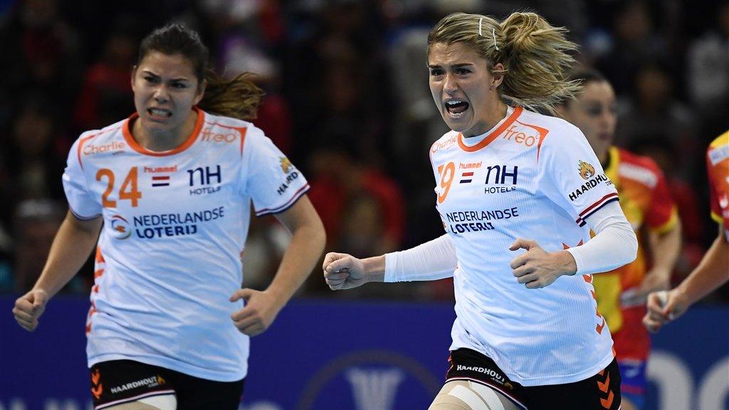 Blijdschap bij de Nederlandse handbalsters Martine Smeets (links) en Estevana Polman