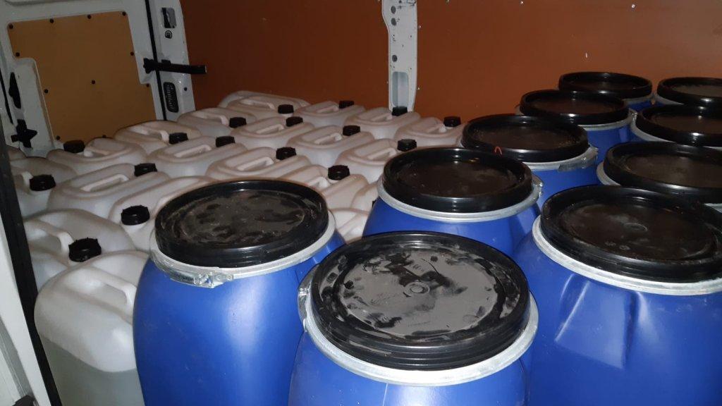 De vaten en jerrycans die bij huiszoeking Toon R. werden aangetroffen