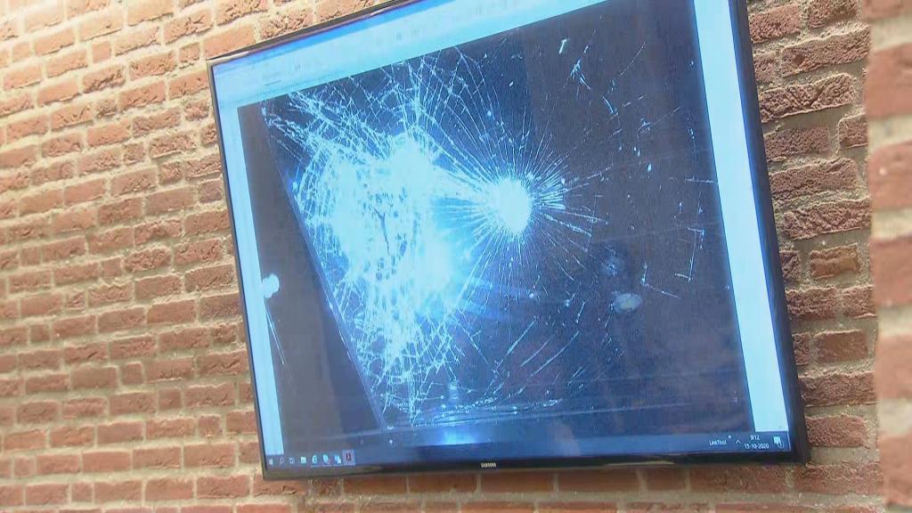 De rechtbank toonde een foto van de schade aan de auto