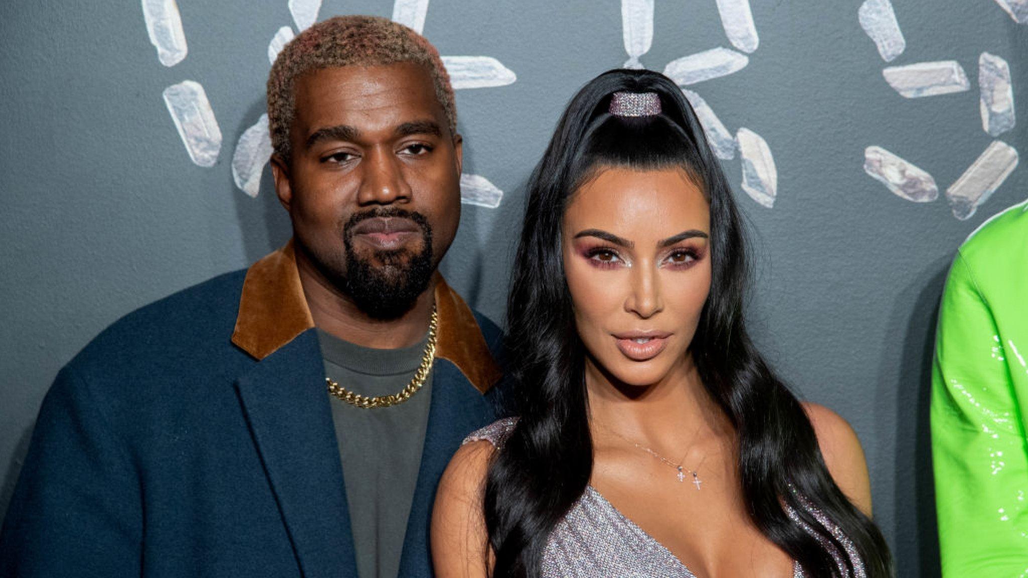 Kanye West ondanks scheidingsgeruchten mét trouwring gespot - RTL Boulevard
