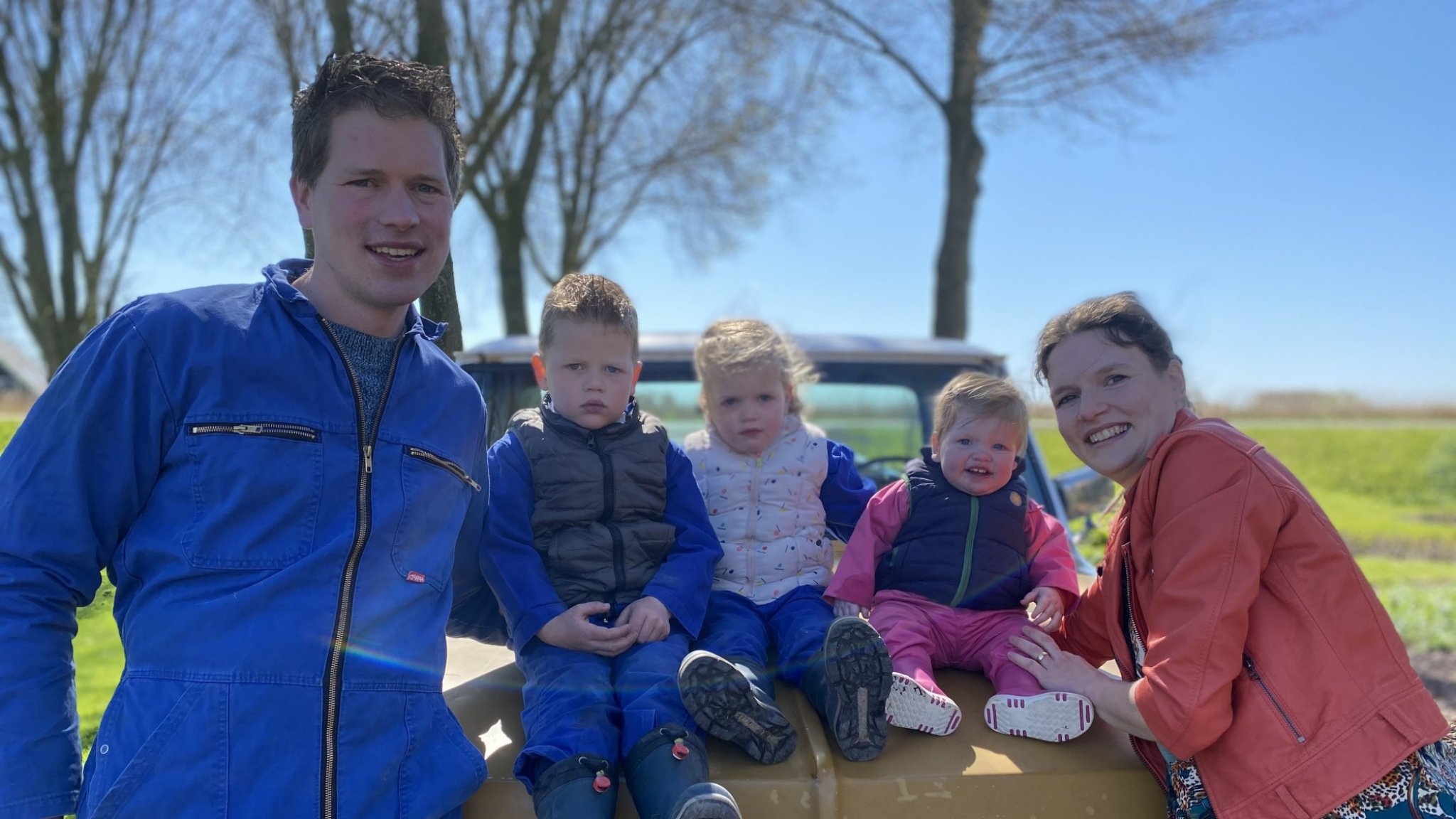 Boer Henk en Fiona uit Boer Zoekt Vrouw verwelkomen vierde telg - RTL Boulevard