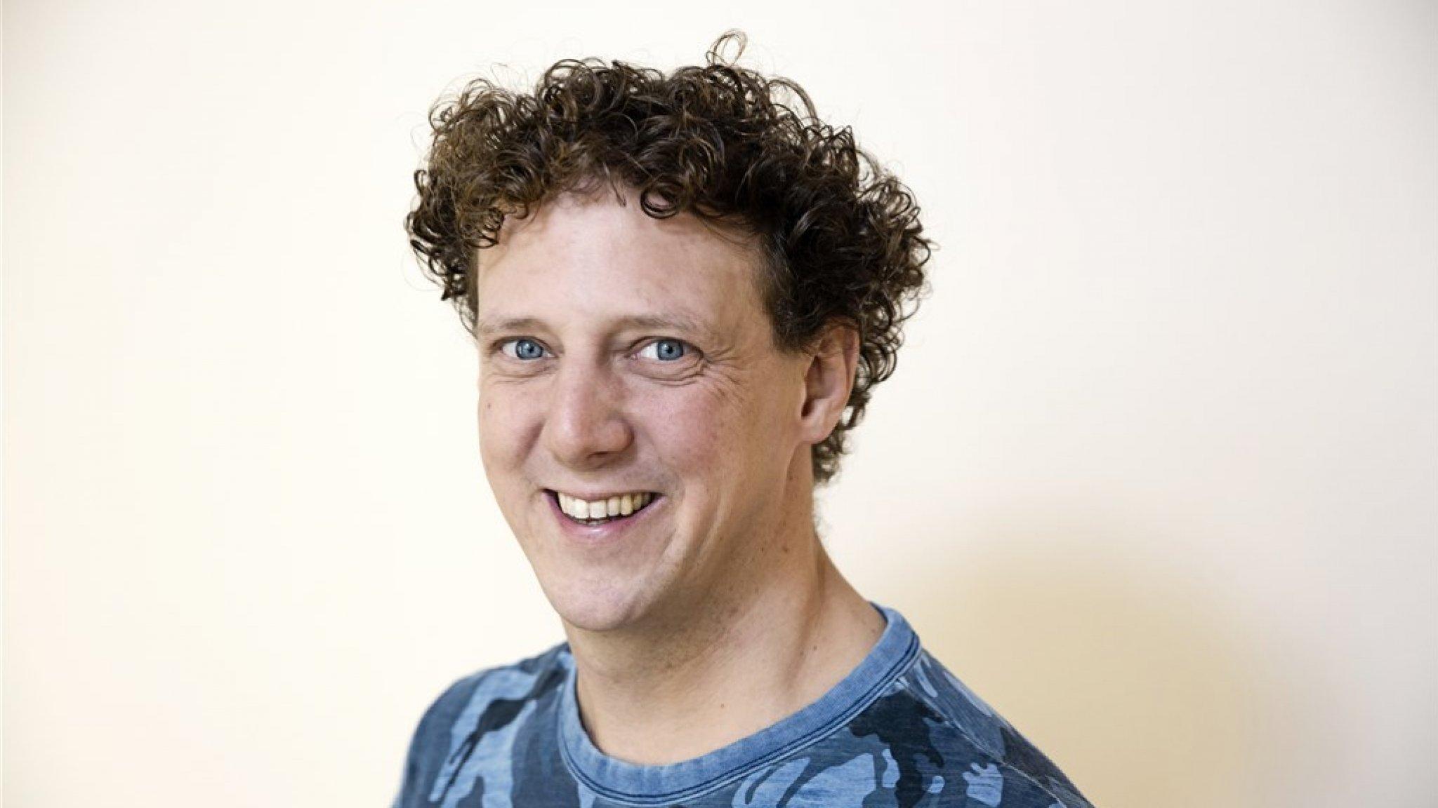 Jochem Myjer heeft twee tatoeages waardoor hij positief blijft - RTL Boulevard