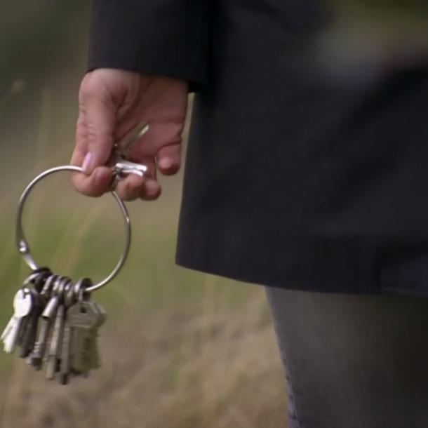 Peggy lijkt al te weten welke sleutels de juiste zijn.