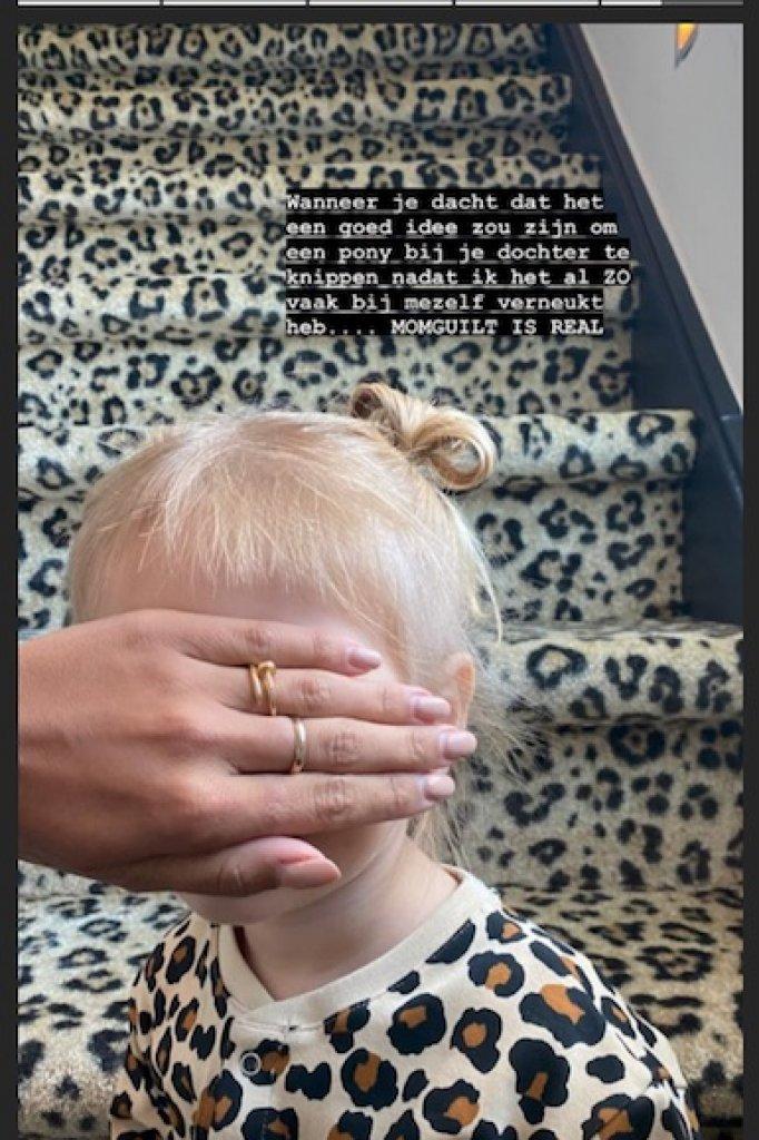 Monica Geuze knipt het haar van dochter Zara-Lizzy